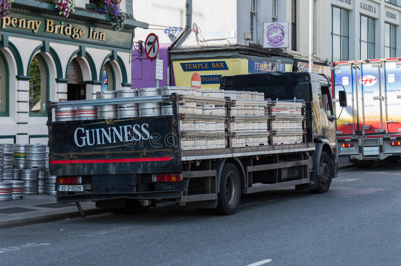 guinness-truck-dublin-irealnd-loaded-barrels-beer-near-ha-penny-bridge-58773368